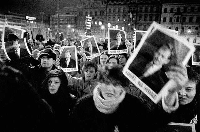 Prague, 19 December 1989 - in front of the Federal Assembly - Citizens demand legislators to elect V. Havel as president
